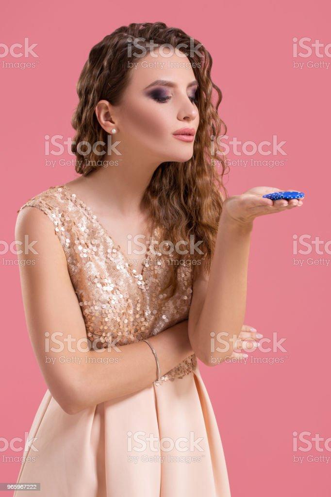 Mooie jonge vrouw met casino chips op roze achtergrond - Royalty-free Alleen volwassenen Stockfoto