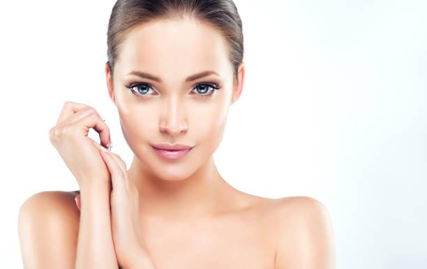 新鮮な清潔でよく手入れをされた肌を持つ美しい若い女性。 ストックフォト