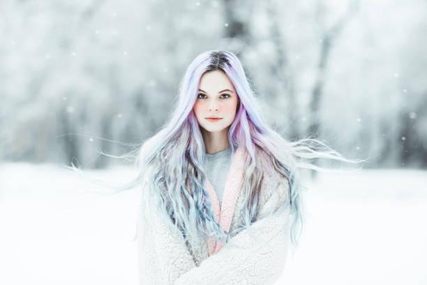 schöne junge frau mit bunt gefärbten haaren - regenbogen make up stock-fotos und bilder