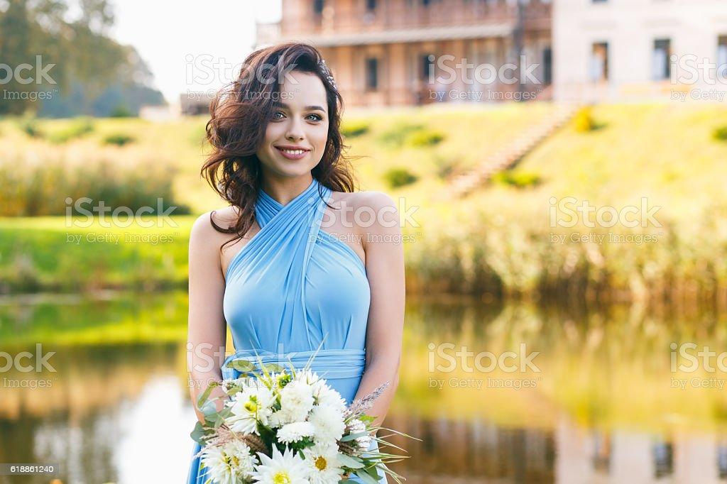 Schöne Junge Frau mit lockigem Haar – Foto
