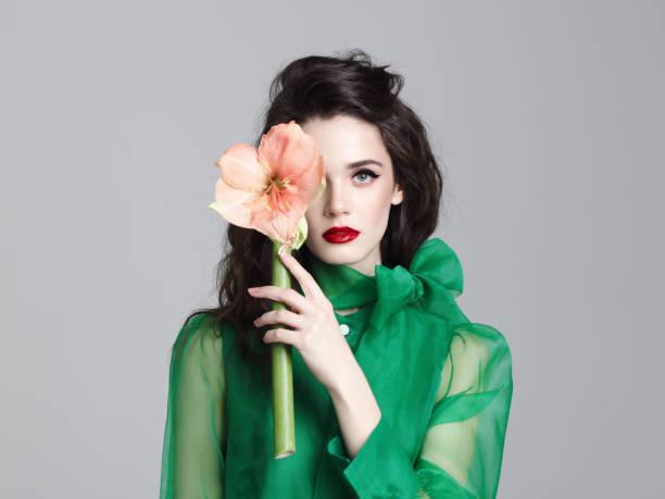 hermosa jovencita con flor - moda de maquillaje fotografías e imágenes de stock