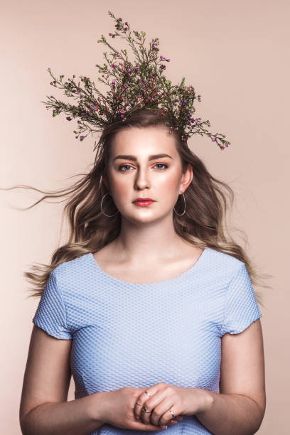 beautiful young woman with flowers as a crown - bloemkroon stockfoto's en -beelden