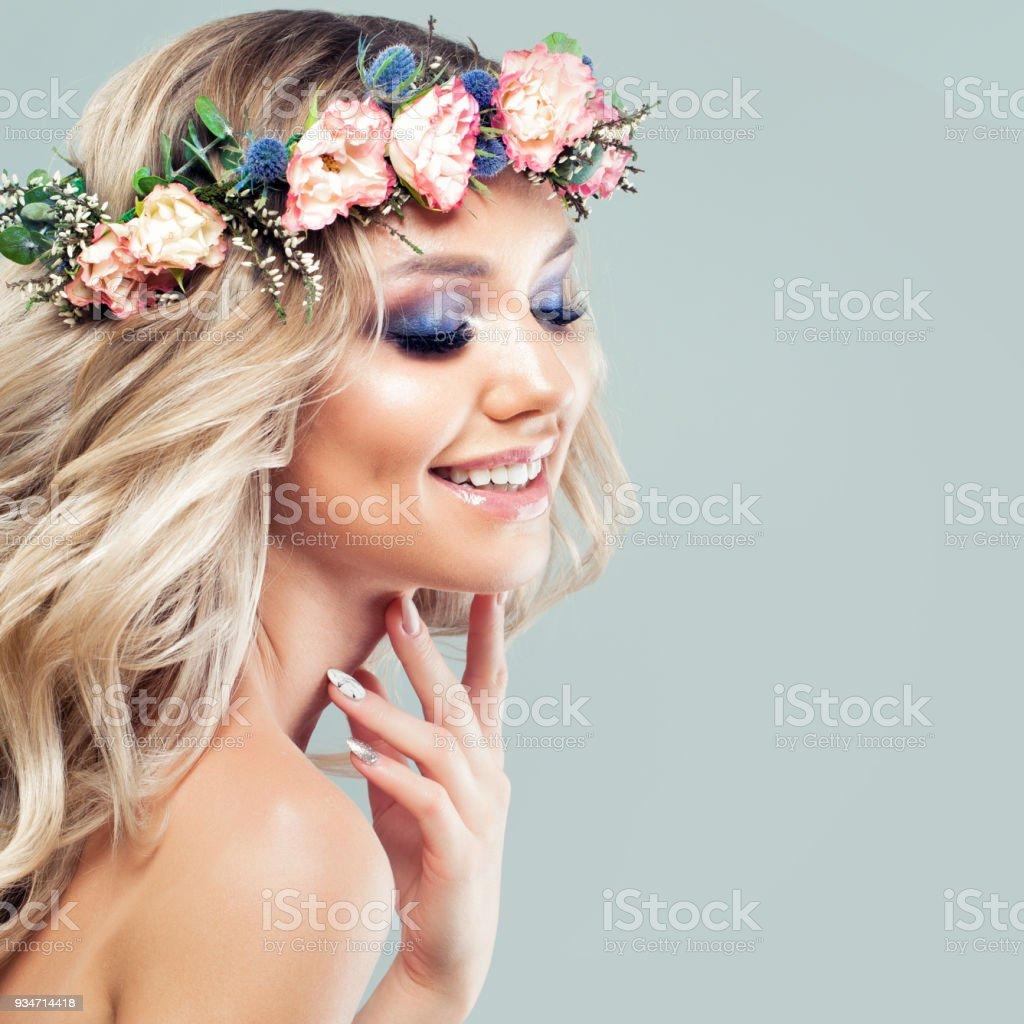 Schöne Junge Frau Mit Blumen Frisur Modemodell Mit Langen