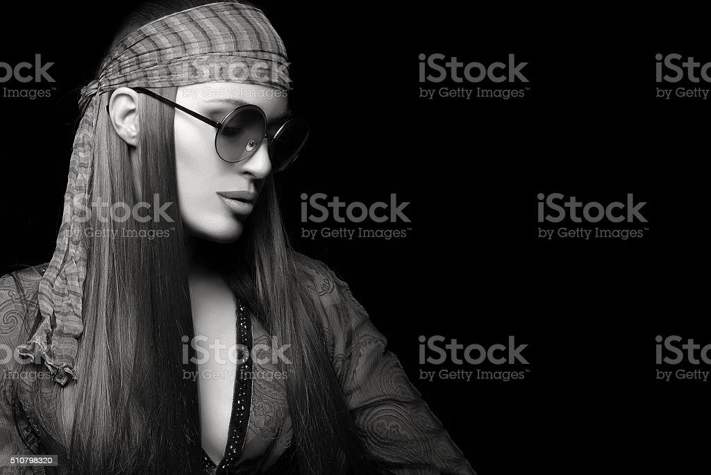 Hermosa mujer joven con pelo recto largo sano. Hippy St - foto de stock