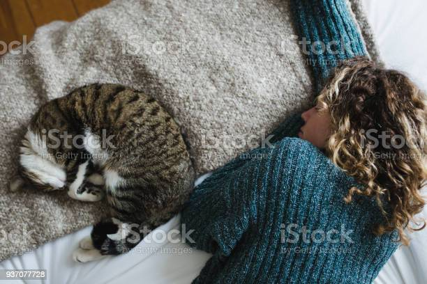 Beautiful young woman with her cat on a bed picture id937077728?b=1&k=6&m=937077728&s=612x612&h=a7ppthpq2wwwj pndx4bydtc6dxkvl9rvaslpkdqtlo=