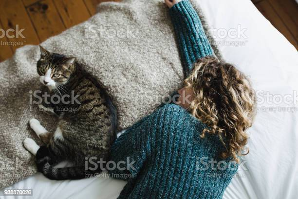 Beautiful young woman with her cat on a bed picture id938870026?b=1&k=6&m=938870026&s=612x612&h=cxqofedmlfmb1 dnkdg4omqeehqhw6ta7pmnk3o1atu=