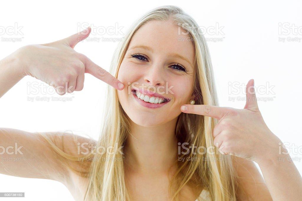 Schöne Junge Frau mit einem perfekten Lächeln.   Isoliert auf weiß. – Foto