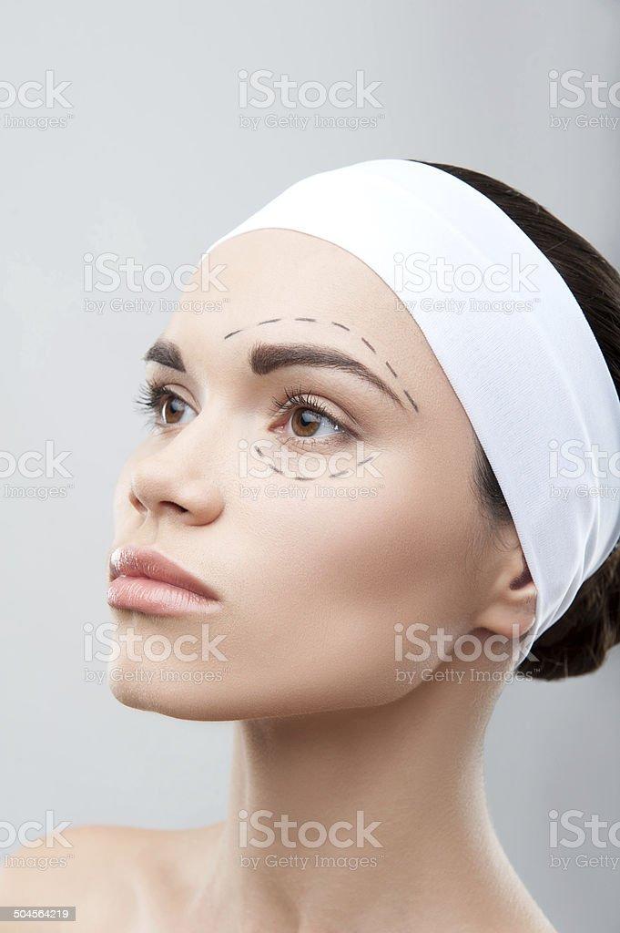 Schöne Junge Frau mit perforation Linien im Gesicht vor – Foto