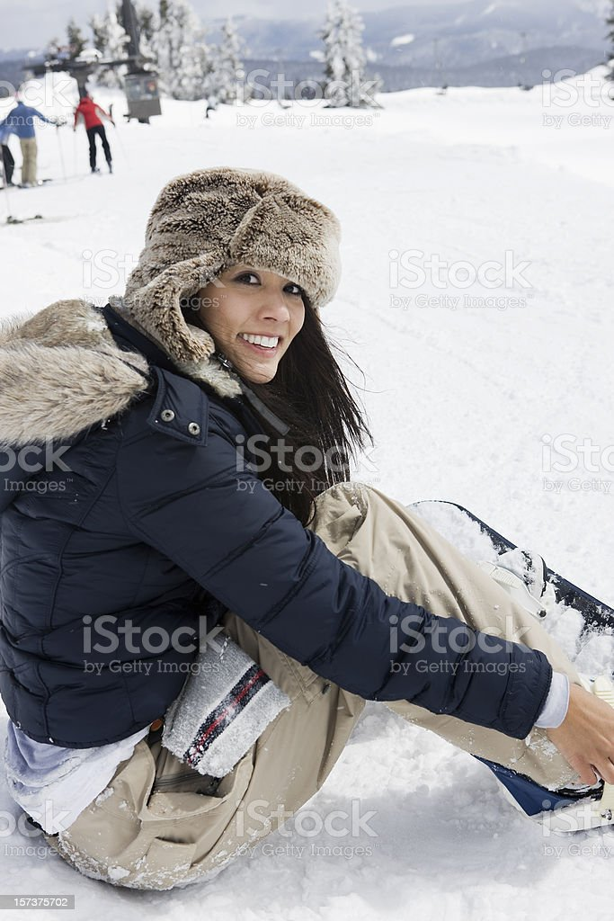 Bela jovem mulher com Snowboard nas montanhas cobertas de neve - foto de acervo