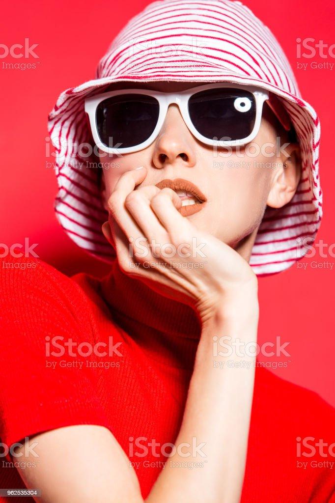 Mulher jovem e bonita com chapéu e óculos de sol - Foto de stock de Adulto royalty-free