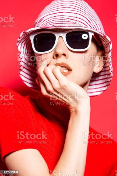 Foto de Mulher Jovem E Bonita Com Chapéu E Óculos De Sol e mais fotos de stock de Adulto