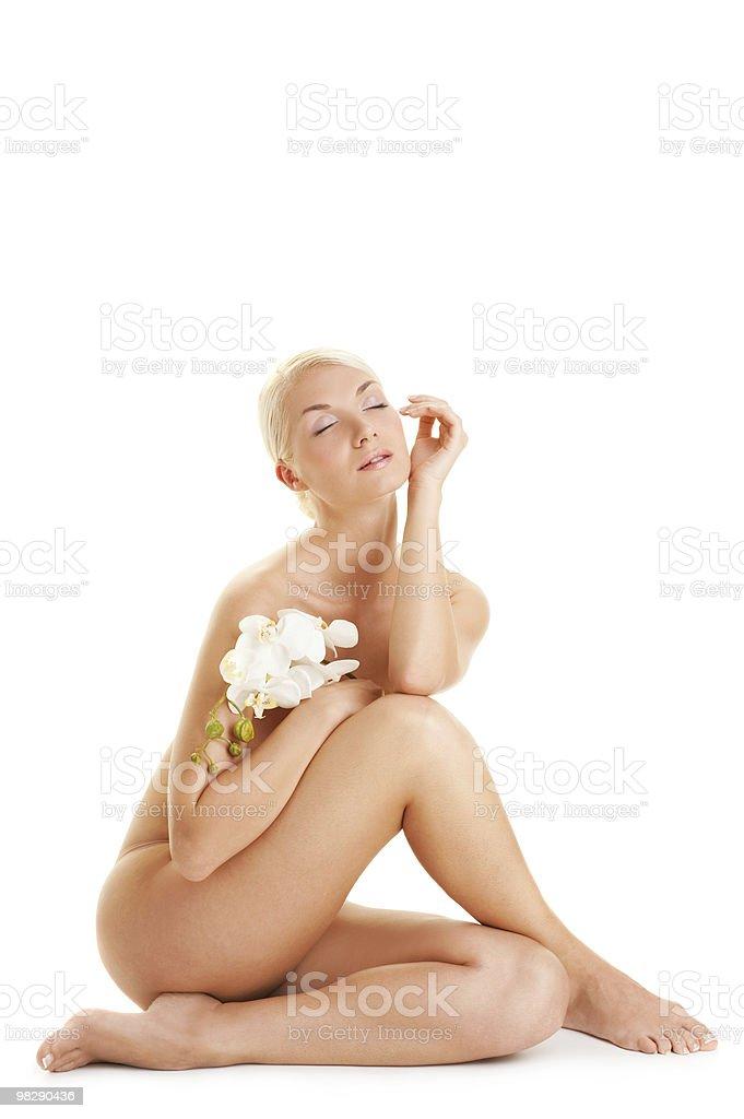 Bellissima giovane donna con orchidea bianca foto stock royalty-free