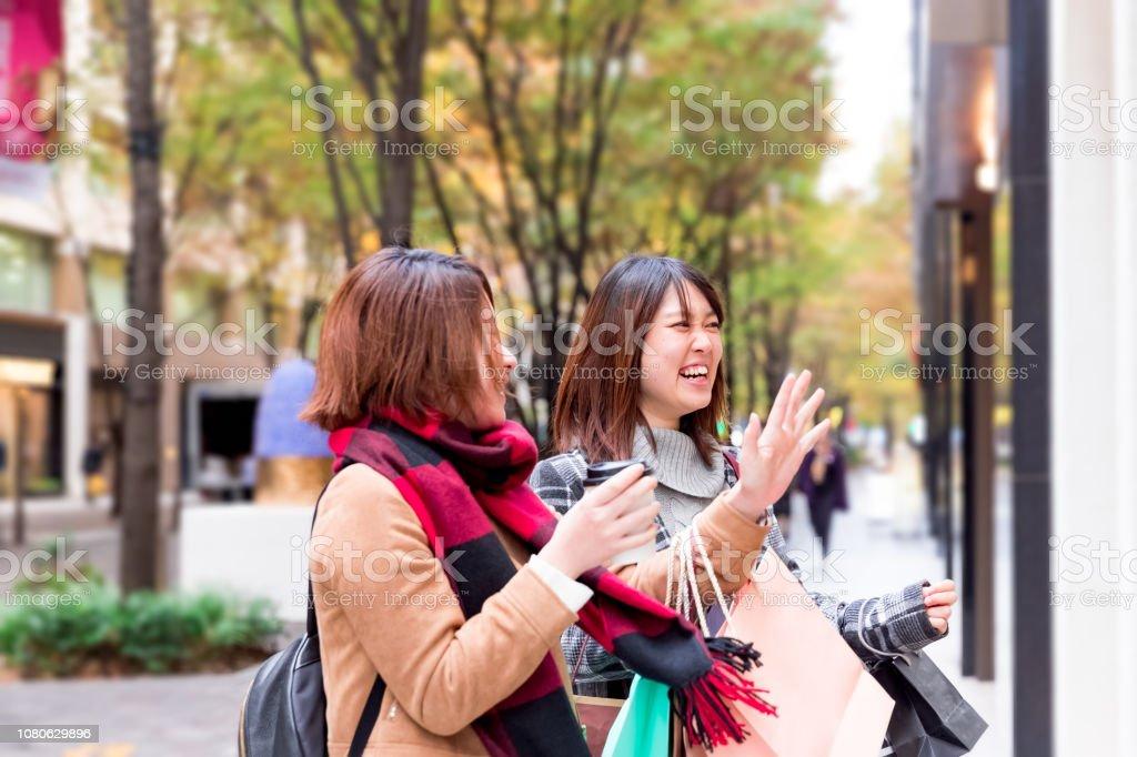 一緒に買い物を楽しんで美しい若い女性 ストックフォト