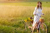 自然 (自転車) で美しい若い女性