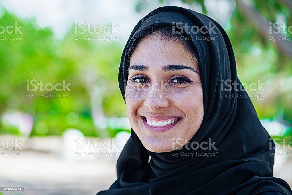 Beautifule Arabska kobieta w uśmiech portret na zewnątrz – zdjęcie