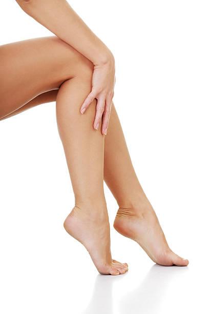 schöne weibliche beine isoliert auf weiss - schlanke waden stock-fotos und bilder