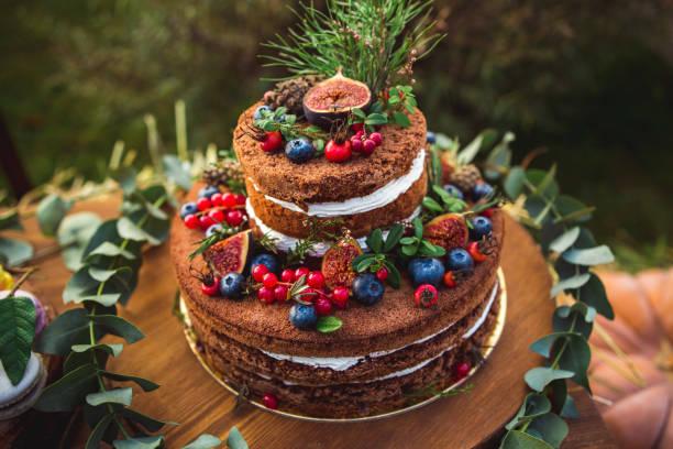 wunderschön dekoriert kuchen mit beeren - hausgemachte hochzeitstorten stock-fotos und bilder