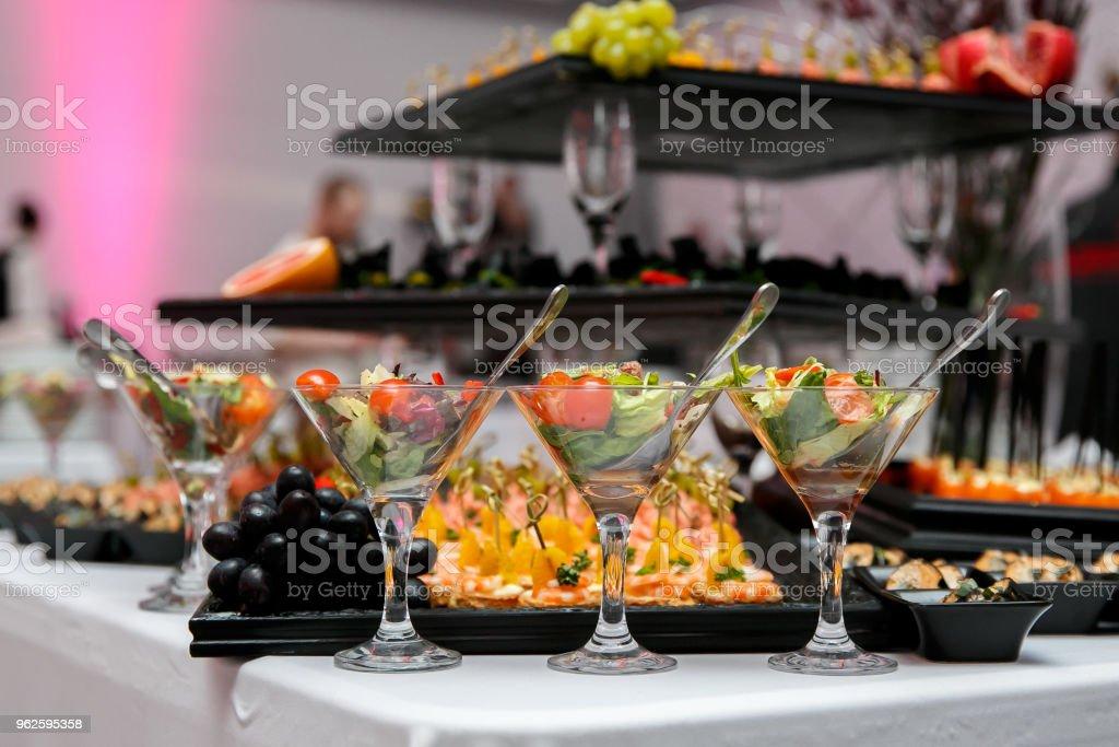 Wunderschön dekoriert catering Banketttisch mit Canape, Gemüse und Obst. – Foto