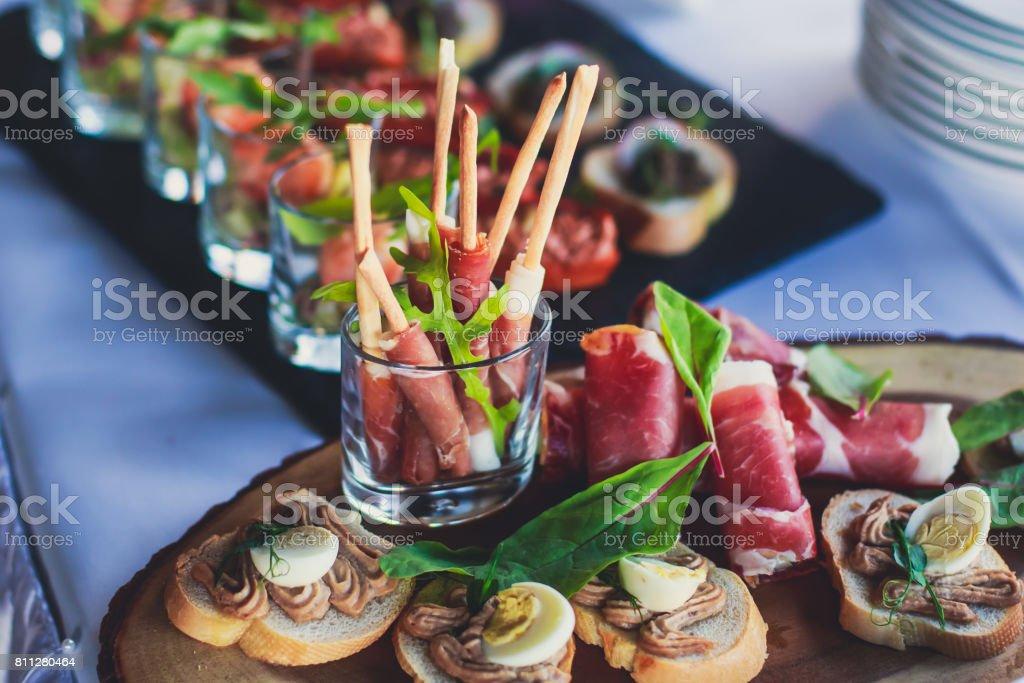 Wunderschön dekoriert catering Banketttisch mit verschiedenen Food-Snacks und Häppchen auf Weihnachten Geburtstag Party Firmenfeier oder Hochzeitsfeier – Foto