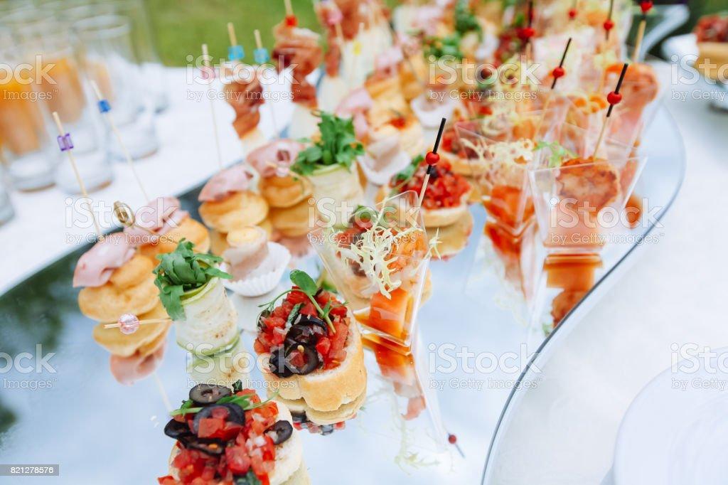Wunderschön dekoriert catering Banketttisch mit verschiedenen Food-Snacks und Häppchen – Foto
