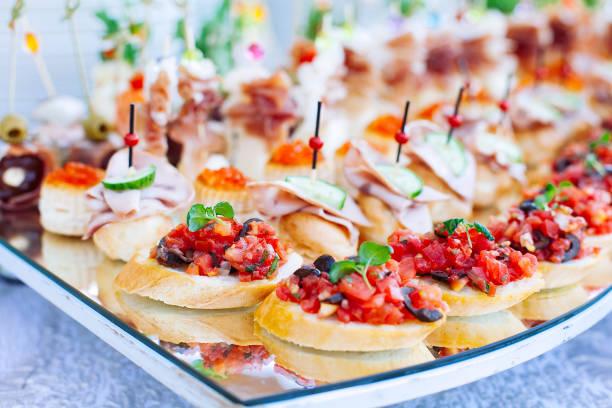 裝飾精美的餐飲宴會,提供不同的小吃和開胃菜 - 開胃菜 個照片及圖片檔