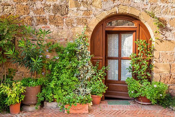 wunderschön gestaltete veranda in der toskana - ferienhaus toskana stock-fotos und bilder