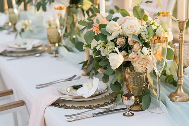 una mesa decorada con flores - diseños de bodas fotografías e imágenes de stock
