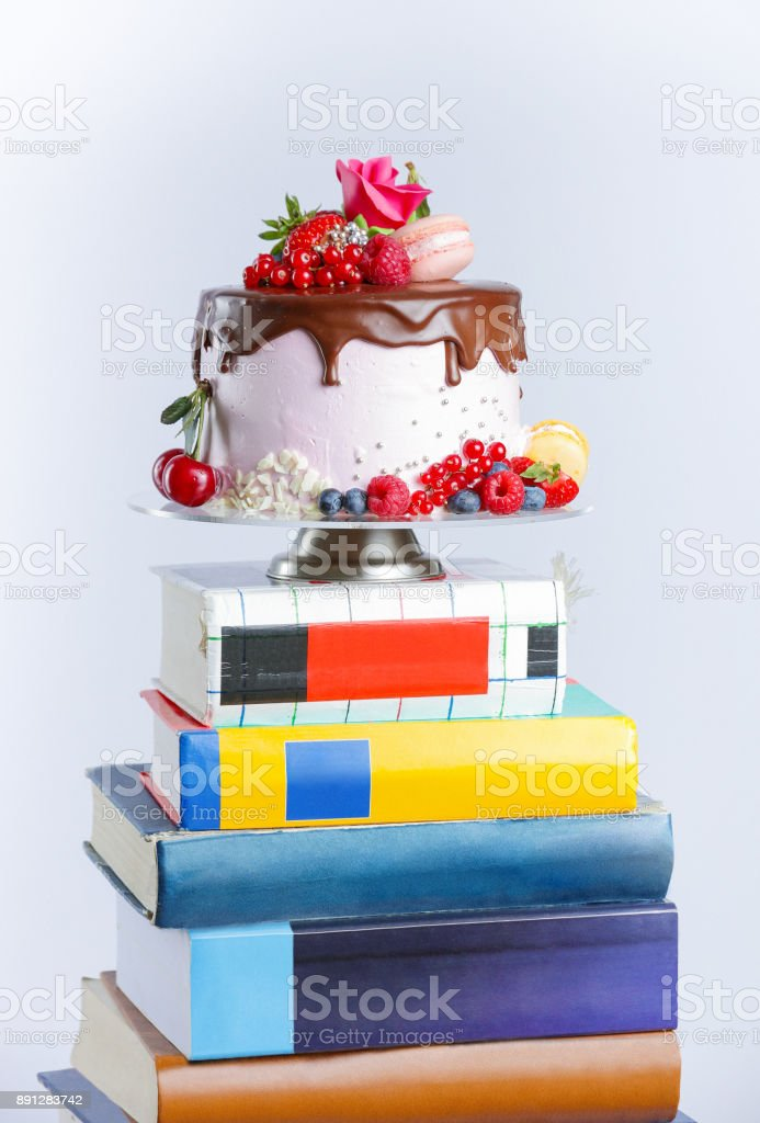 Magnifiquement garnies de gâteau de couche sur la pile de livres - Photo