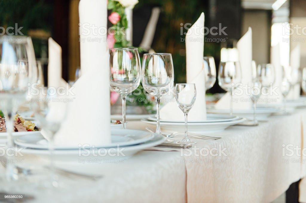 精美擔任一家餐館中的表 - 免版稅事件圖庫照片