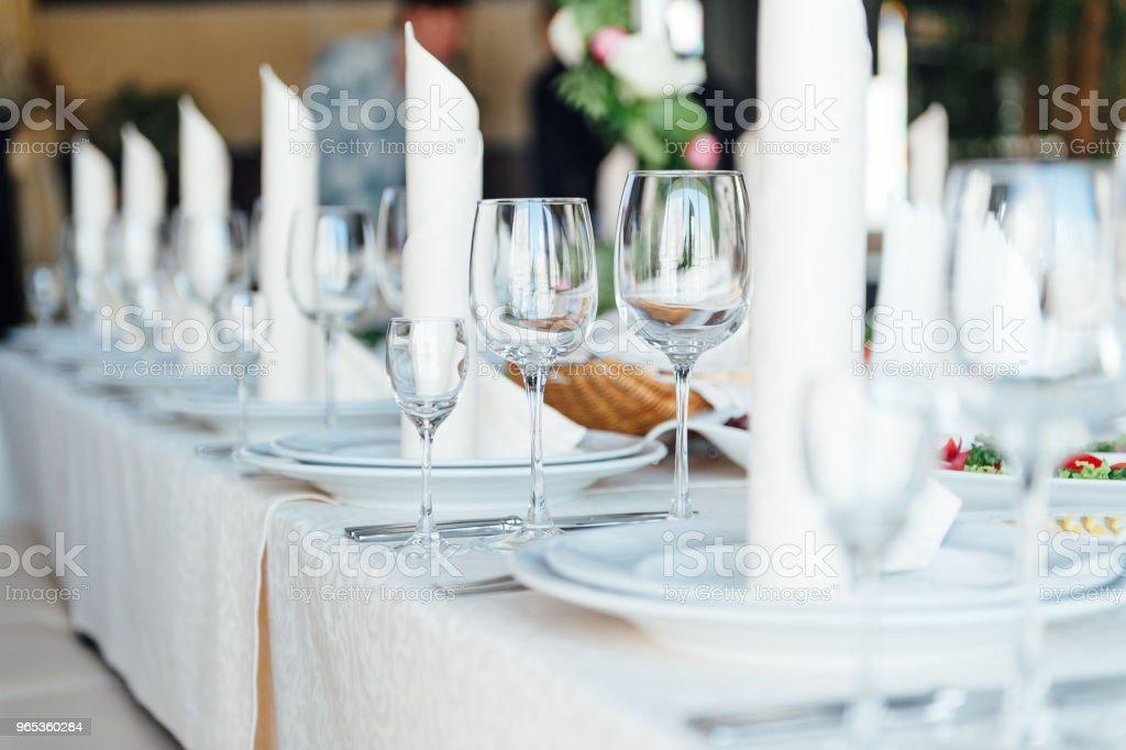 Magnifiquement servi de table dans un restaurant - Photo de Aliment libre de droits