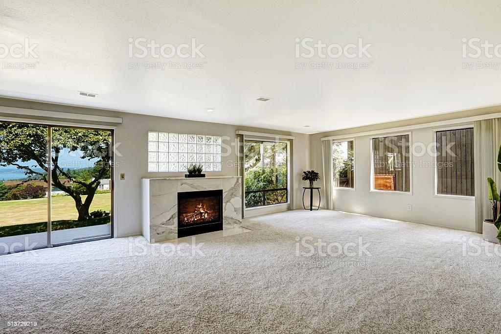 Beautitful sala de estar cuentan con chimenea y terraza - foto de stock