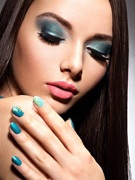 malerischen mode frau mit türkis make up und nägel - blaues augen make up stock-fotos und bilder