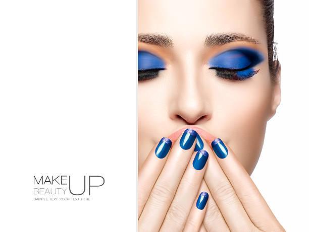 schönheit und make-up-konzept. blaue fashion make-up - herbst nagellack stock-fotos und bilder