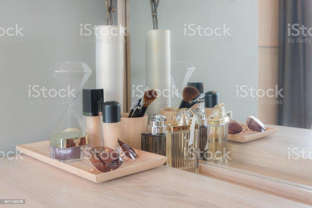 Make Up Stoel : Beauty und makeupkonzept spiegel blumen parfüm schmuck und makeup