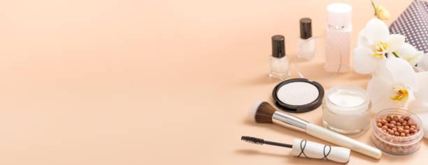 beauty-hintergrund mit gesichtskosmetikprodukten. make-up, hautpflegekonzept. - scyther5 stock-fotos und bilder