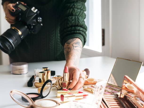 beauty blogger nehmen foto von kosmetika - fotografische themen stock-fotos und bilder