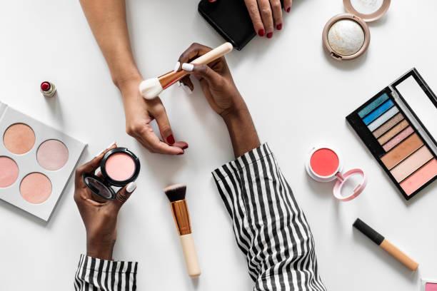 prueba cosméticos de belleza blogger - moda de maquillaje fotografías e imágenes de stock