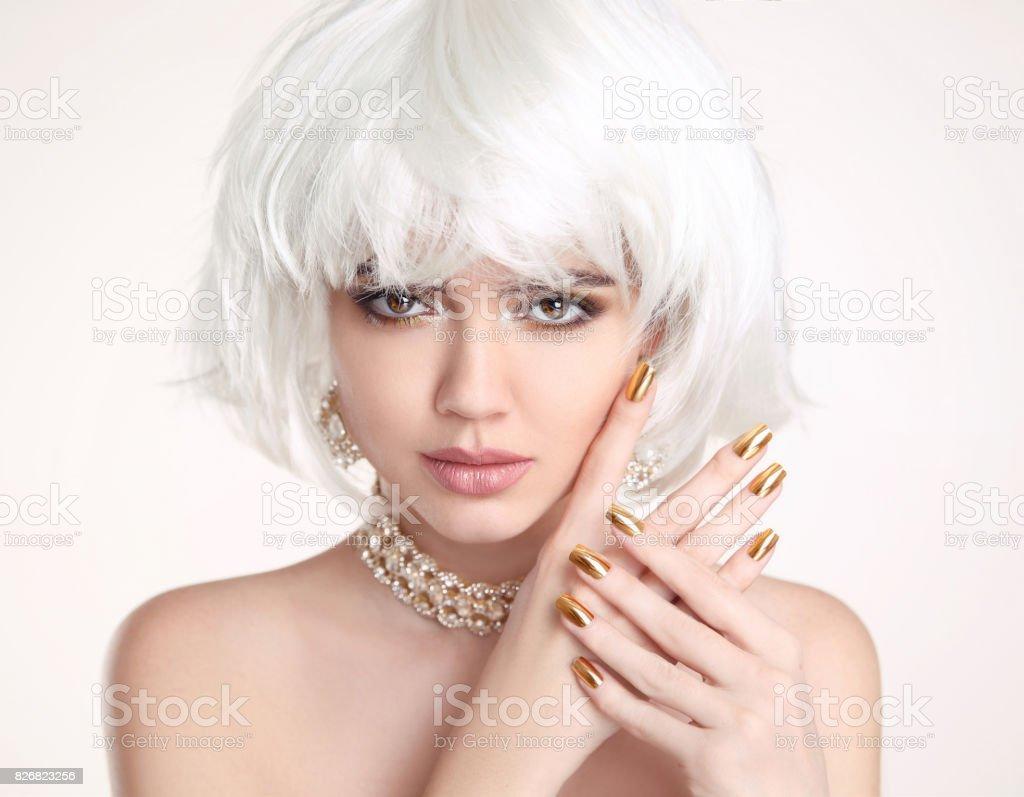 Blonde Schonheit Blonder Bob Frisur Gepflegte Nagel