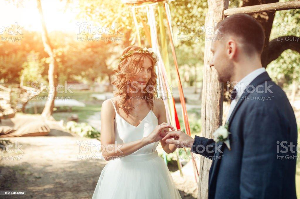 Foto De Beleza De Noiva E O Noivo Bonito Estão Usando Anéis