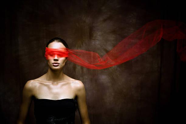 Schönheit brunette mit einem roten Band auf Augen – Foto
