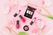 チューリップの花とピンクの背景に化粧品美容成分。平面図です。フラットが横たわっていた。