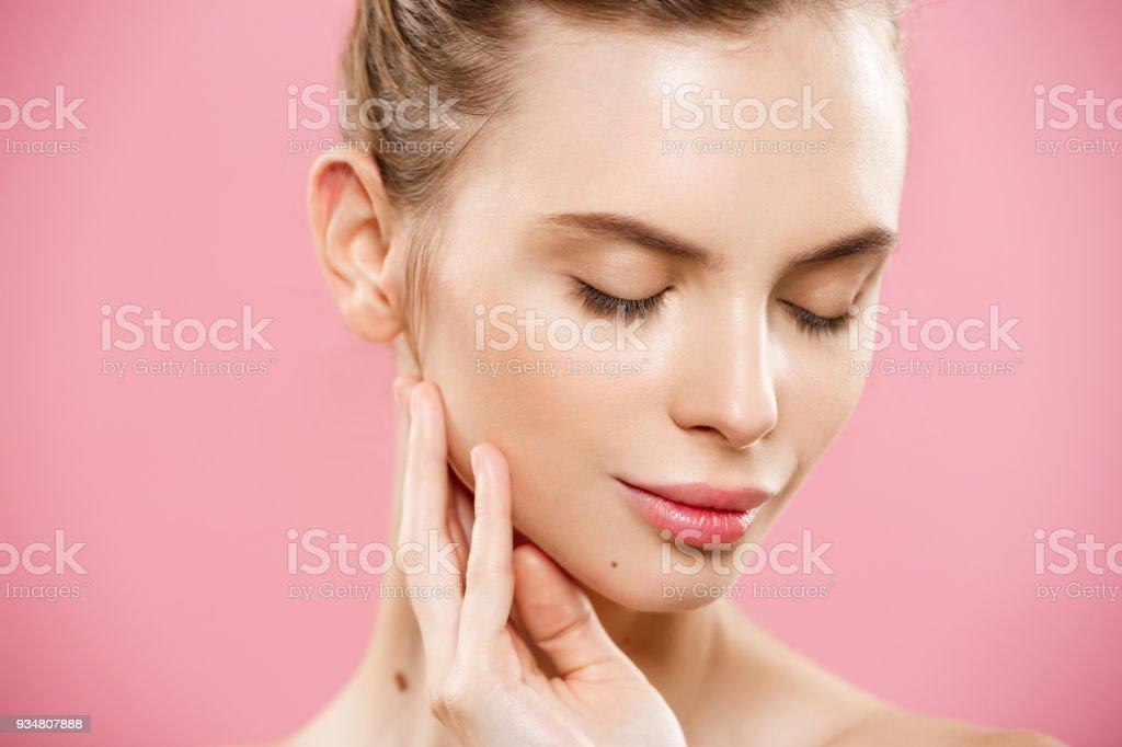 뷰티 개념-핑크 배경 복사 공간에 고립 된 아름다움 자연 피부와 매력적인 백인 여자의 초상화를 닫습니다. - 로열티 프리 갈색 머리 스톡 사진