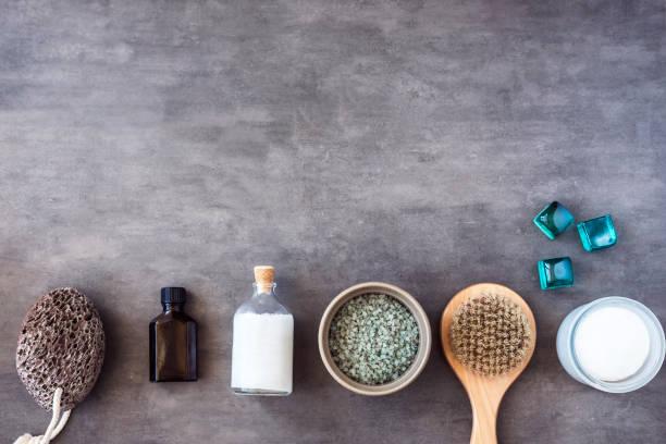 spa kosmetik schönheit von oben - peeling bürste stock-fotos und bilder