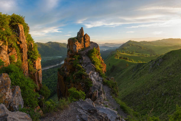 schoonheid dageraad in de bergen - siberië stockfoto's en -beelden