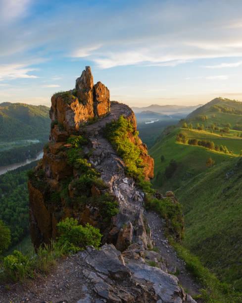 Schönheit-Sonnenaufgang in den Bergen – Foto