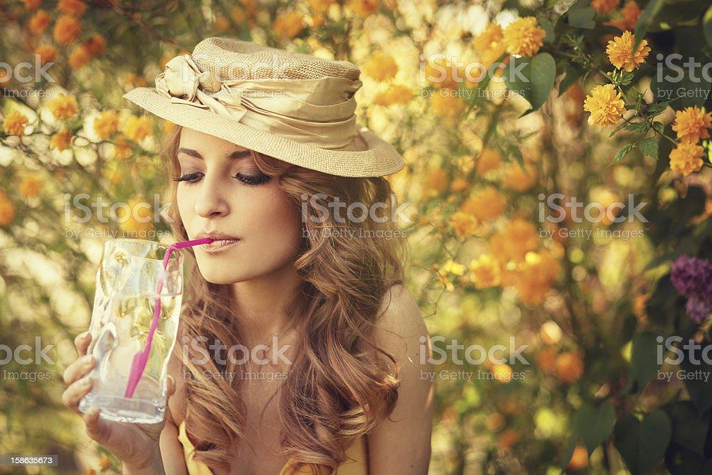 Schönheit Trinkwasser mit Stroh in den Garten Lizenzfreies stock-foto