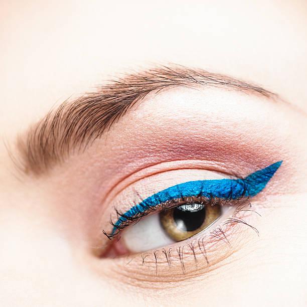 schönheit auge nahaufnahme kajalschminke - blaues augen make up stock-fotos und bilder
