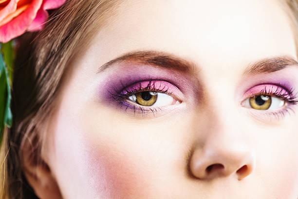 schöne augen in nahaufnahme lila lidschatten - lila augen make up stock-fotos und bilder