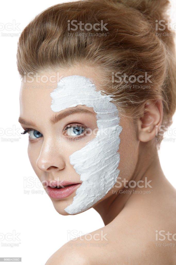Beauty Face. Schöne Frau mit weißen Maske auf die Haut - Lizenzfrei Attraktive Frau Stock-Foto
