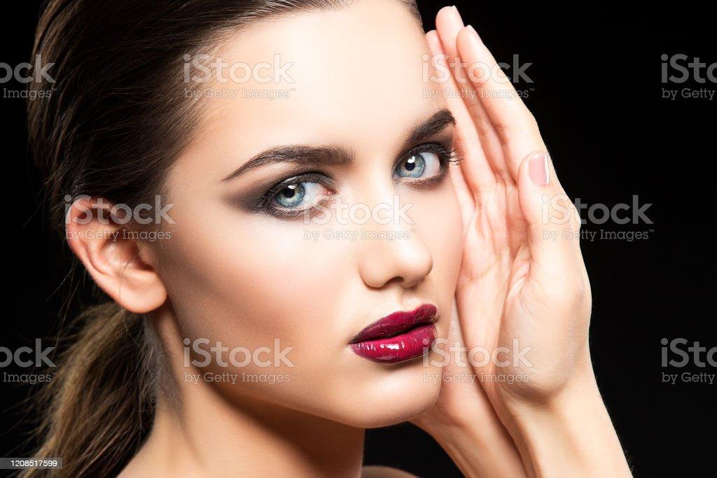 Photo Libre De Droit De Visage De Beaute De Femme Modele Maquillage Brillant Rouge De Levres Fond Noir Banque D Images Et Plus D Images Libres De Droit De 20 24 Ans Istock